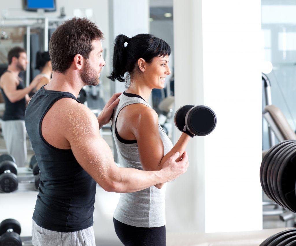 Ćwiczenia pod okiem trenera personalnego - aktywność fizyczna.