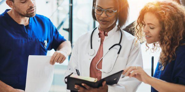 pielęgniarze i doktor analizujący badania